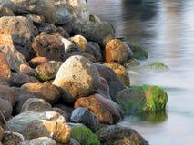 Felsen und Wasser (Farbe) Stockfotos