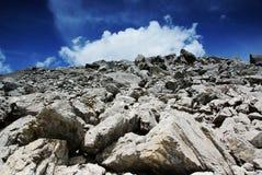 Felsen und weiße Wolken Stockbilder
