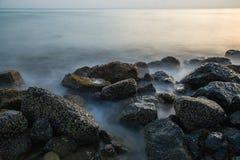 Felsen und Welle Stockfotografie