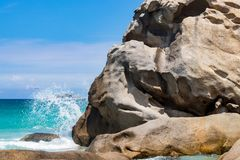 Felsen und Welle im Meer lizenzfreies stockbild