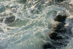 Felsen und Wellen Lizenzfreie Stockfotos