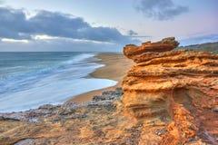 Felsen und Wellen der Brandung im Ozean nahe Nazare fahren die Küste entlang lizenzfreies stockfoto
