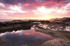 Felsen und Wellen an Königen Beach, QLD Stockfoto