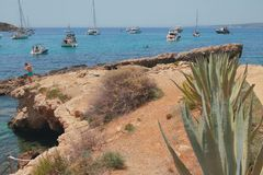 Felsen und Yachten in der Bucht Cala Xinxell Palma de Mallorca, Spanien Stockfoto