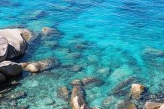 Felsen unter dem klaren Wasser Stockfoto
