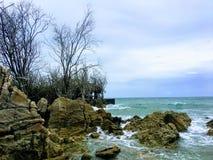 Felsen unter dem Meer lizenzfreie stockfotografie