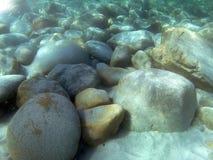 Felsen unter dem Meer lizenzfreie stockfotos