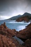 Felsen unter den Wellen Lizenzfreies Stockbild