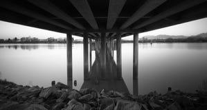 Felsen unter einer kanadischen Brücke (Schwarzes u. Weiß) Lizenzfreie Stockfotos