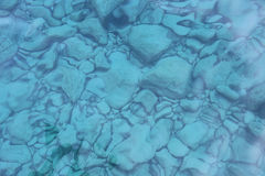 Felsen unter haarscharfem Wasser Lizenzfreies Stockfoto