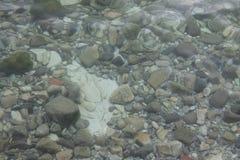 Felsen unter Wasser an der Unterseite des Sees lizenzfreies stockfoto