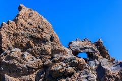 Felsen von merkwürdigen Formen gegen den blauen Himmel Stockfotos