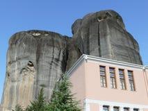 Felsen von Meteora in Griechenland, mit Gebäude stockfoto
