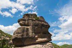 Felsen von Meteora mit blauem bewölktem Himmel, Griechenland Lizenzfreie Stockfotografie