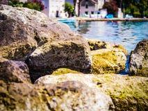 Felsen vor der Küste von Kroatien Stockfoto