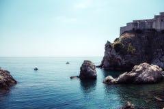 Felsen vor Küste in Dubrovnik Lizenzfreies Stockfoto