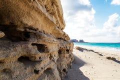 Felsen-Wand auf dem Strand Stockfotografie