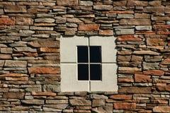 Felsen-Wand mit konkretem Fenster Stockbild