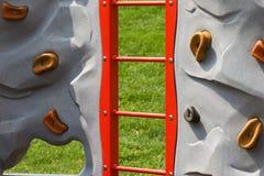 Felsen-Wand am Spielplatz der Kinder Stockbilder