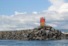 Felsenanlegestelle am Mund des Hafens Lizenzfreies Stockbild