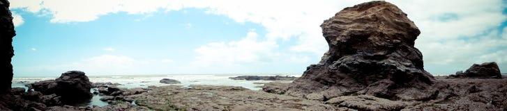 Felsenanordnung auf Seeküste Stockbilder