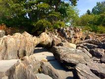Felsenanordnung neben Ufergegendsee Lizenzfreie Stockfotografie