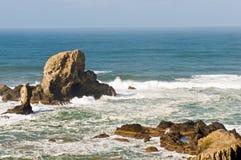 Felsenanordnungen auf Seeküste Lizenzfreie Stockfotos