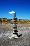 Felsenbalancenpyramide auf dem Strand lizenzfreie stockfotos