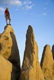Felsenbergsteiger auf dem Gipfel. Lizenzfreie Stockfotografie