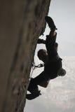 Felsenbergsteiger betriebsbereit zu einem Sprung stockfoto