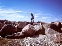 Felsenbergsteiger, der einer Klippe anhaftet Stockfotos