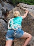 Felsenbergsteiger, der einer Klippe anhaftet lizenzfreies stockbild