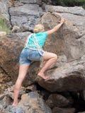 Felsenbergsteiger, der einer Klippe anhaftet lizenzfreie stockbilder