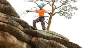 Felsenbergsteiger, der einer Klippe anhaftet stock video footage
