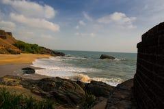 Felsenfestes Fort und nähern sich durch schönen Strand Stockfotografie