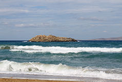 Felseninsel im Meer Lizenzfreies Stockfoto
