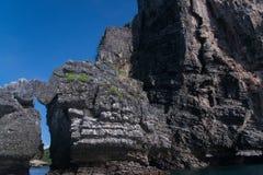 Felseninsel im Ozean Lizenzfreie Stockbilder