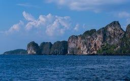 Felseninsel im Ozean Stockfotos