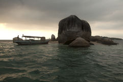 Felseninsel- und Fischerboot Stockbild