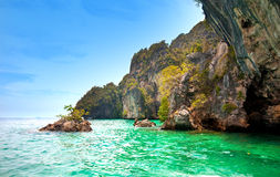 Felseninseln weg von Krabi, Thailand Lizenzfreie Stockbilder