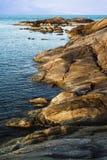 Felsenküste über dem Ozean Stockbilder