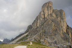 Felsenkontrollturm in den Dolomit Stockfotos