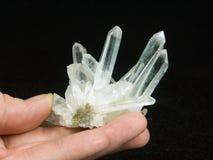 Felsenkristall in der Hand Lizenzfreie Stockbilder