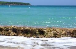 Felsenleiste zum auf den Strand zu setzen Stockbild