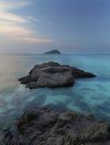 Felsenlinie auf Meer Stockbild