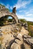 Felsenruinebogen in den Bergen von Frankreich Stockfotografie