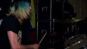 Felsenschlagzeugermann mit dem buntem Haar und Bart stock video footage