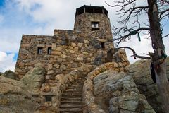 Felsenschritte, die bis zum Felsenturm kurven stockbilder