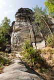 Felsenstadt in Mitteleuropa Eine Spur, die in einem Gebirgsar führt lizenzfreie stockfotografie