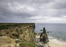 Felsenstapel auf sandigem Strand, Abnutzung von Pembrokeshire-Küste, Großbritannien lizenzfreie stockbilder
